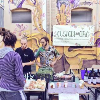 foto-striscione-mercato-990x743